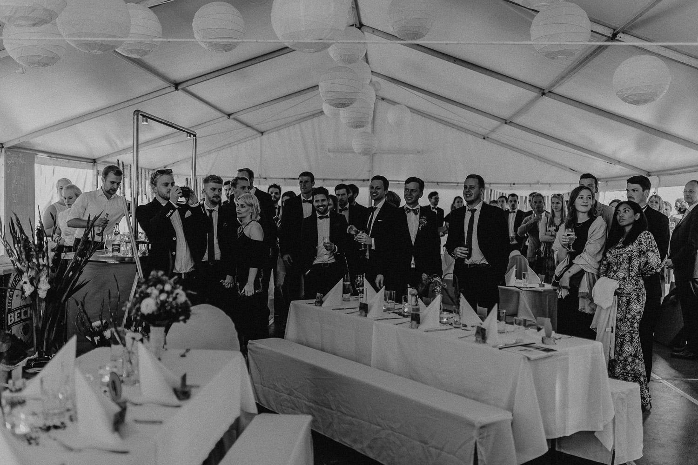 Aufgenommen von Hochzeitsfotograf Franzi aus Rostock. Zu sehen ein Foto einer DIY-Hochzeit aus Fahrenholz.