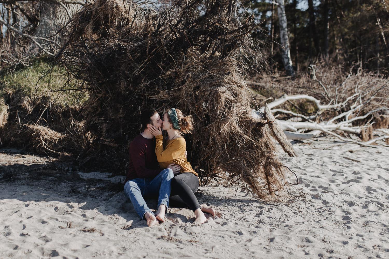 Aufgenommen von Hochzeitsfotograf Kupfergold Photographie aus Rostock. Zu sehen ist ein Foto eines Verlobunsgshootings am Ostseestrand von Torfbrücke. Couple Shoot
