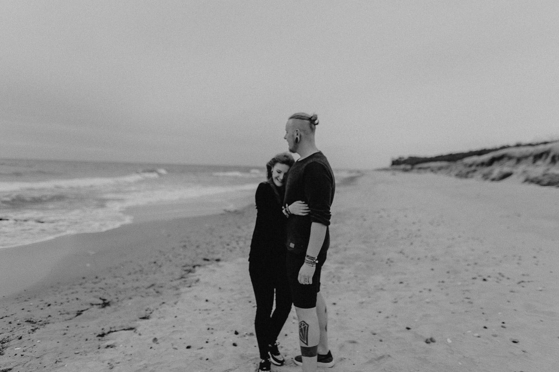 Aufgenommen von Hochzeitsfotograf Kupfergold Photographie aus Rostock. Zu sehen ist ein alternatives tätowiertes Paar am Strand in Torfbrücke