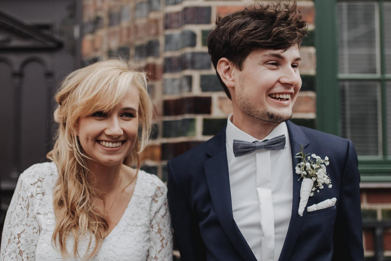 Aufgenommen von Hochzeitsfotograf Kupfergold Photographie aus Rostock. Zu sehen ist ein Foto einer DIY- Hochzeit im Rostocker Stadthafen.