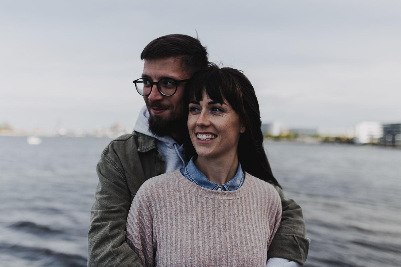 Aufgenommen von Hochzeitsfotograf Kupfergold Photographie aus Rostock. Zu sehen ein Foto aus einem urbanen Couple Shoot im Stadthafen Rostock.